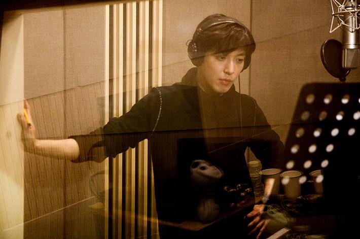 Jung Yong Hwa en su estudio