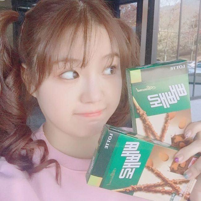 Cho Hye Jung eligiendo comida
