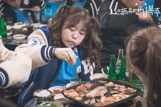 comiendo en un restaurante de barbacoa coreana